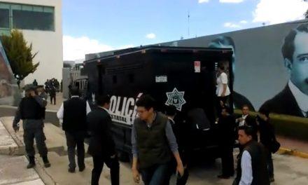 Diputados huyen del Congreso en camión blindado