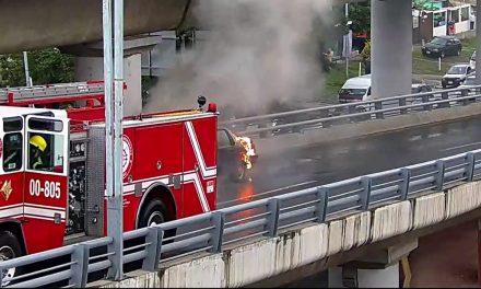 Se incendia auto en salida a Tulancingo