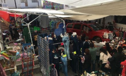 Camioneta embiste a personas en tianguis de Tulancingo