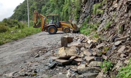 Retiran material caído en Huehuetla
