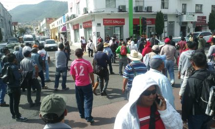 Habitantes de Ixmiquilpan cierran calle Gómez Pérez en Pachuca