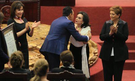 Fayad entrega presea Pedro María Anaya a Silvia García