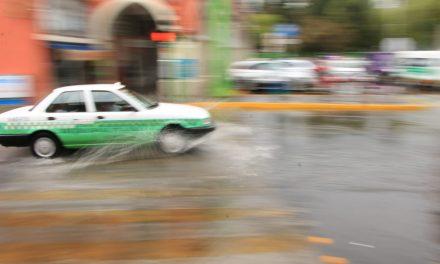 Taxistas limitan servicio en Pachuca por baches
