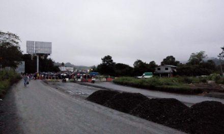 Bloquean acceso a la Huasteca