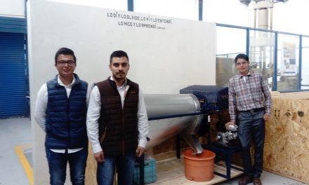 Estudiantes del ITP consiguen comprador para máquina creada en tarea escolar