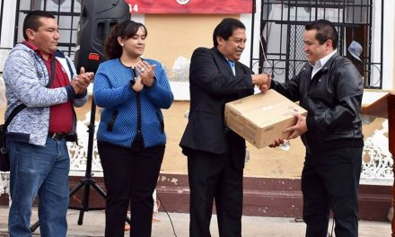 Alcalde de Zapotlán entrega apoyos en educación