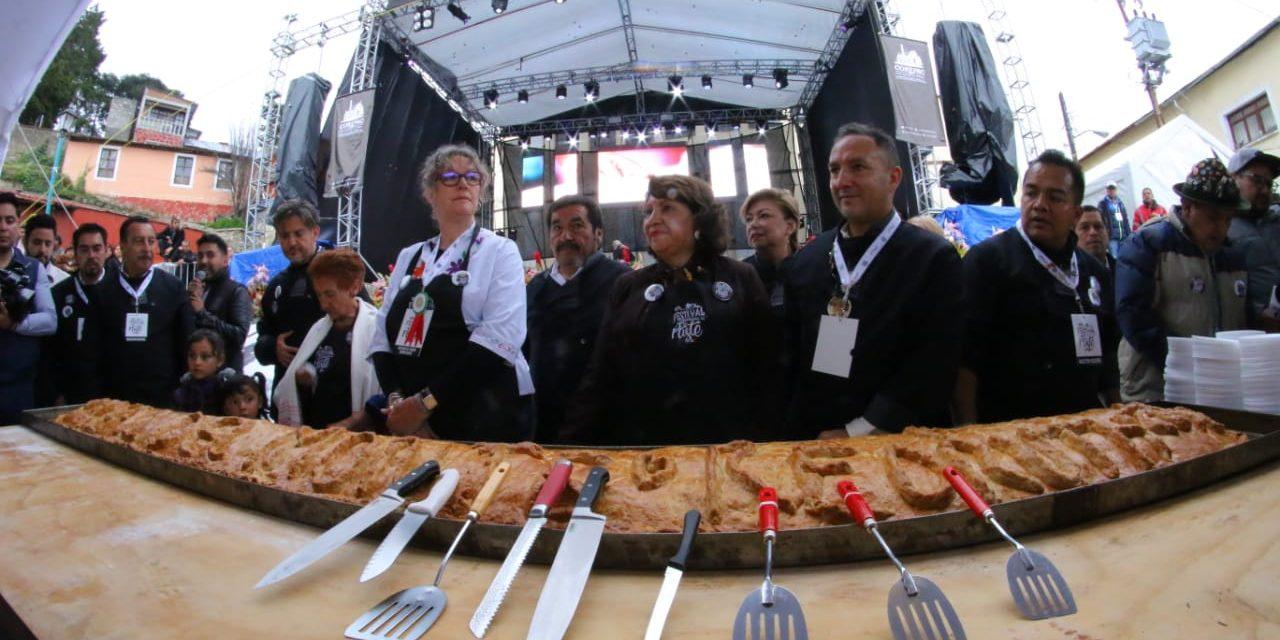 Presentan paste de 4 metros en festival internacional de Real del Monte