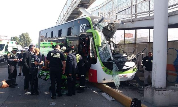 Mexibús chocó contra puente peatonal