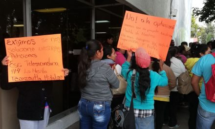 Se manifiestan en la SEPH padres de familia provenientes de Tecozautla