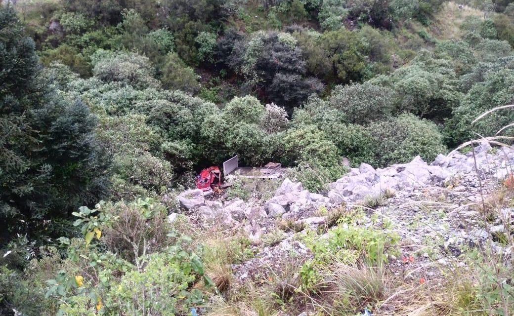 Vuelca tractocamión en Mineral del Monte