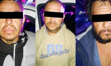 Aseguran a tres sujetos con camioneta con reporte de robo