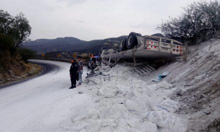 Vuelca camión con harina en San Agustín Metzquititlán
