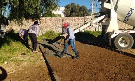 Pavimentan cancha de básquetbol en Tepeapulco