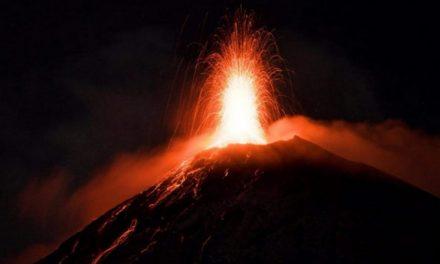 Volcán de fuego en Guatemala registra nuevos flujos de lava