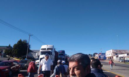 Bloquean profesores jubilados la México-Pachuca