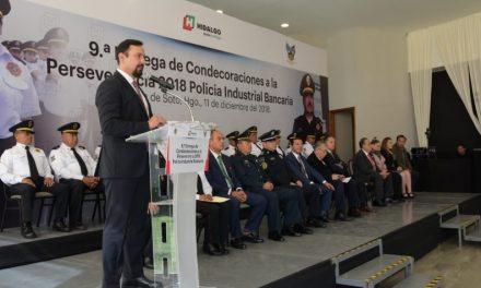 Secretario de Seguridad entrega condecoraciones a elementos de la Policía Industrial Bancaria