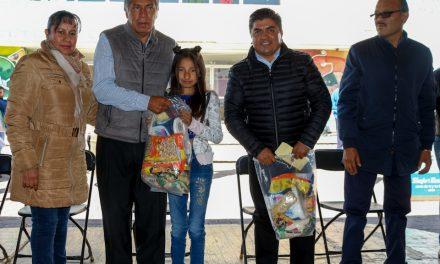 876 estudiantes de primarias de Tizayuca recibieron becas