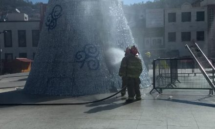 Prenden fuego al árbol navideño de Pachuca