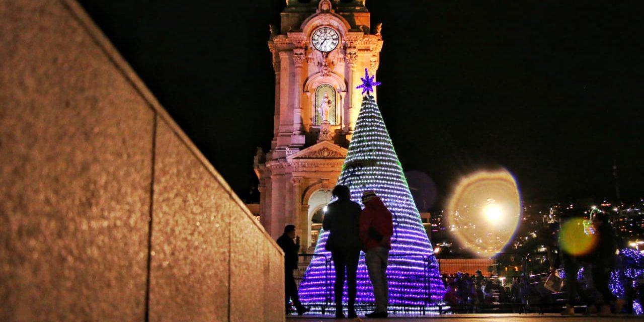 Encienden árbol y villa navideña en Pachuca