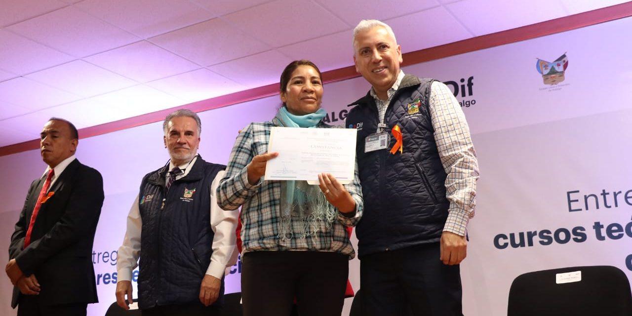 Funcionarios municipales del DIF reciben certificados en estándares de competencias