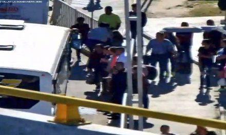 Choque entre camión de pasajeros y vehículo particular deja personas lesionadas