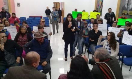 Tianguistas reprochan a diputada que fue a tomarse 'selfies' y no los atendió