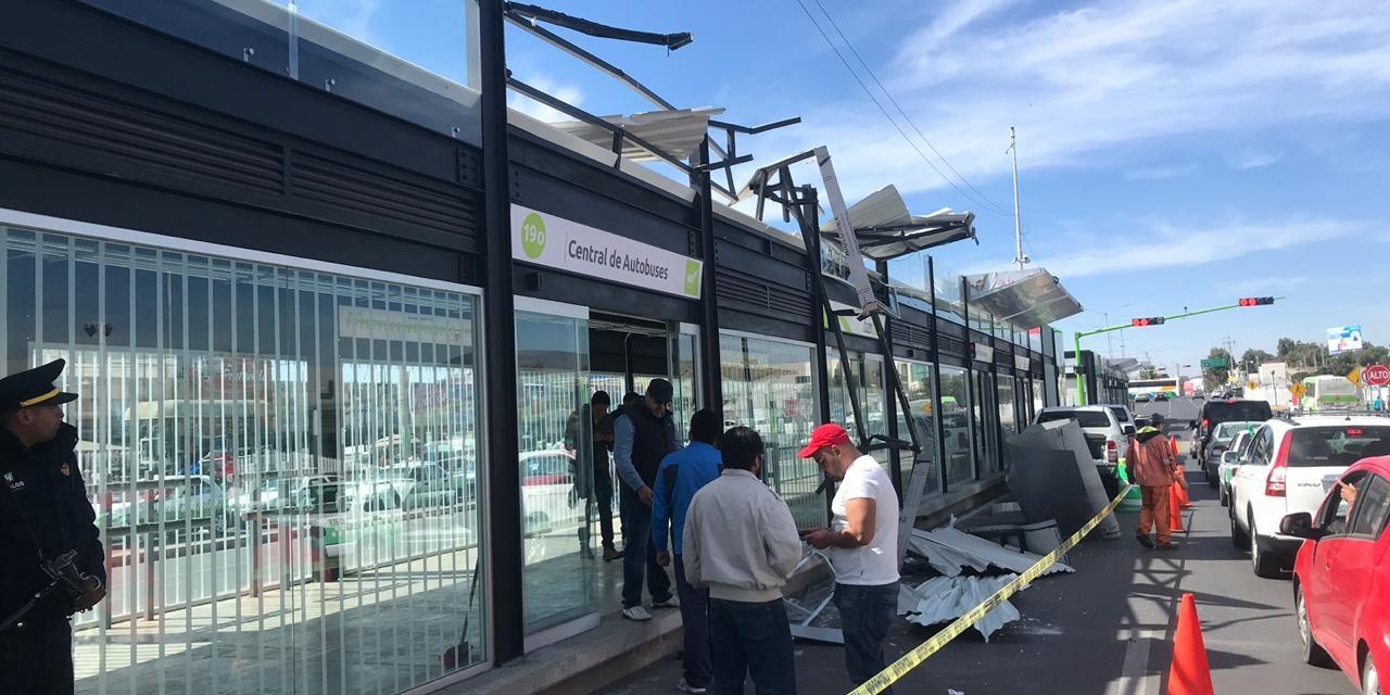 Tráiler se impacta contra estación de Tuzobús