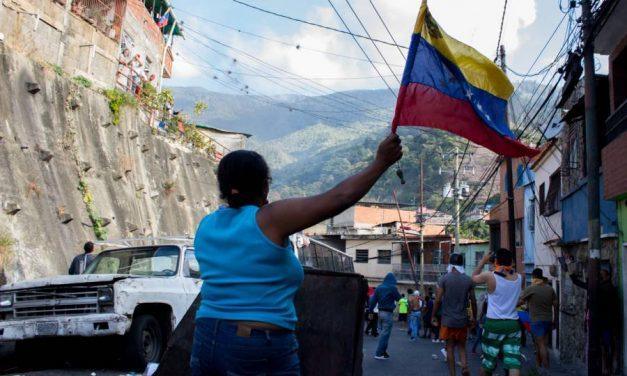Detienen a militares en Venezuela; ciudadanos se suman a protestas