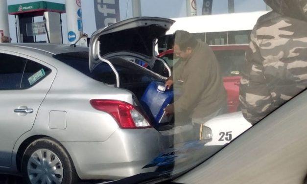 Gasolineras continúan vendiendo combustible en bidones a pesar del riesgo que representa