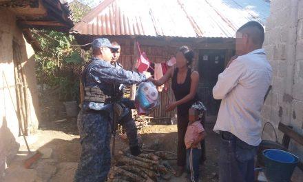 Elementos de la SSPH entregan apoyos a familias de escasos recursos