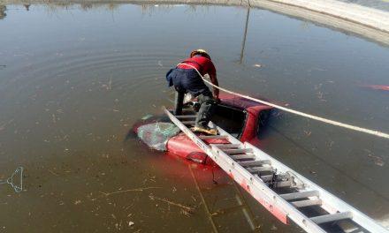 Cae automóvil a estanque en Epazoyucan