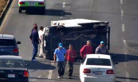 Vuelca camioneta en el bulevar Colosio