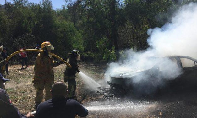 Localizan vehículo en llamas con restos humanos en el interior
