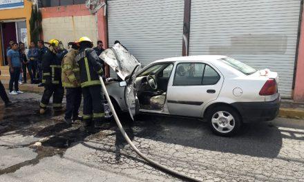 Bomberos atendieron incendio de automóvil