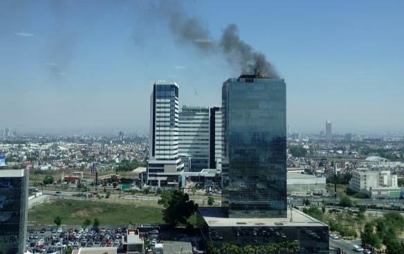Torre Titanium de Puebla se incendia