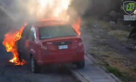 Vehículo se incendia en Tulancingo