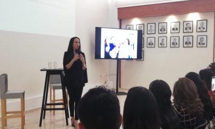 La diseñadora Ivon Díaz compartió experiencias con mujeres hidalguenses