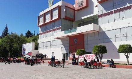 Estudiantes antorchistas tomaron clases frente a Palacio de Gobierno