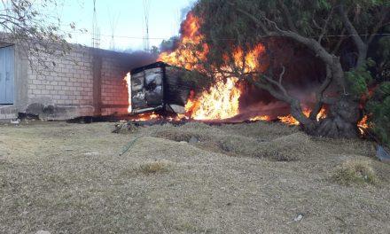 Se incendia camioneta presuntamente conectada a ducto de Pemex
