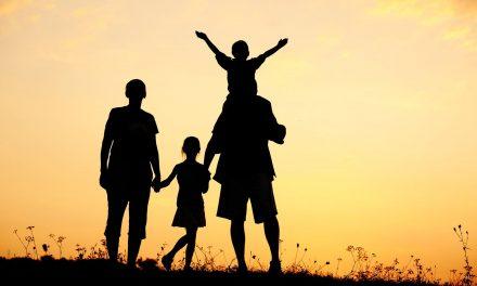 Jóvenes aplazan la paternidad debido a condiciones económicas inciertas