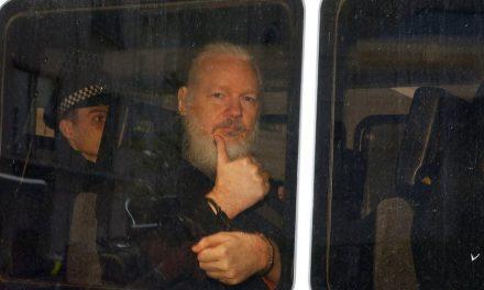 Detienen a Julian Assange en embajada de Ecuador en Londres