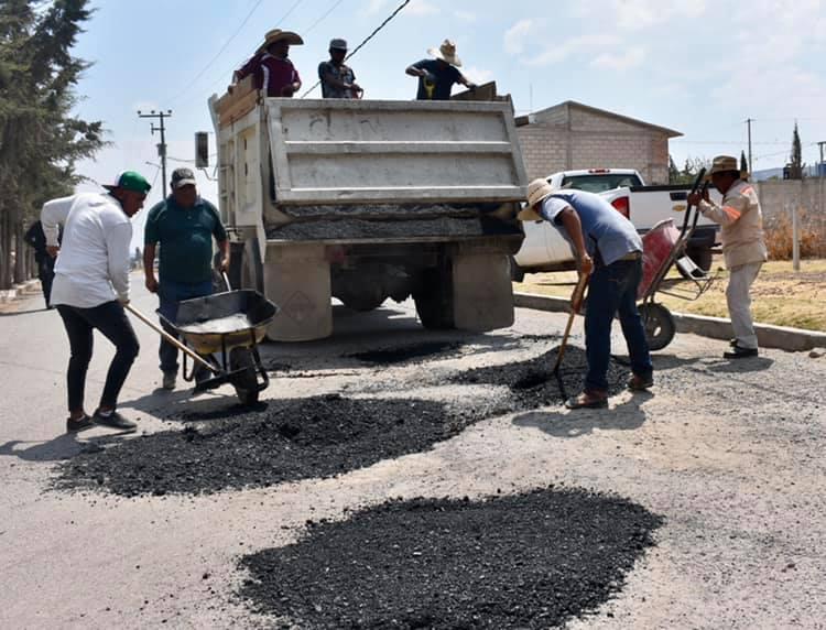 Atienden zonas afectadas por baches en La Reforma