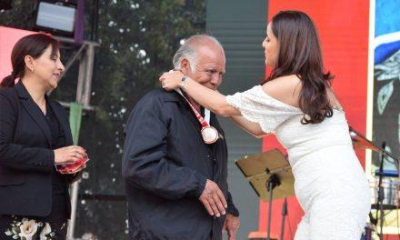 Santiaguenses destacados reciben medallas al mérito