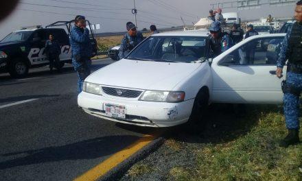 Detienen a dos sujetos que presuntamente robaron automóvil en Pachuca