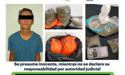Aseguran a individuo con paquetes de probable marihuana