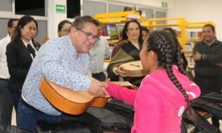 Alcalde entrega apoyos a grupo cultural en Villa de Tezontepec