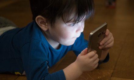 Niños prefieren celular que libros