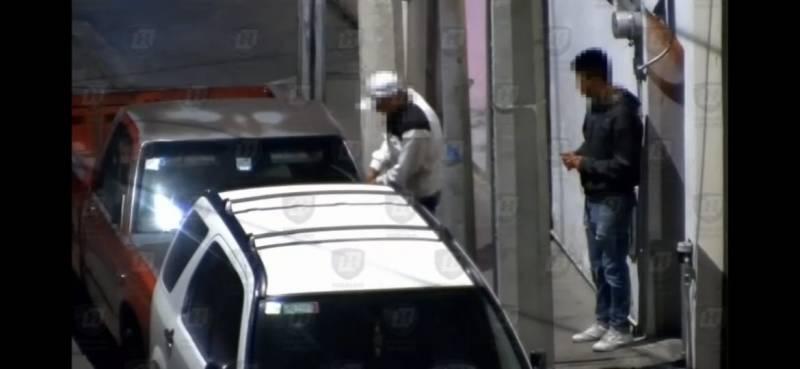 Detienen a dos presuntos desvalijadores de autos en La Surtidora