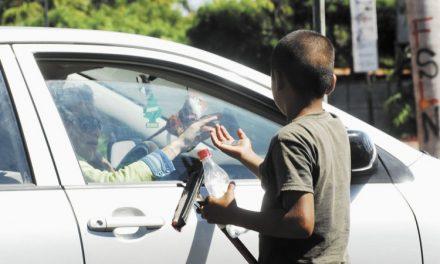 Inicia programa para atender a niños que trabajan en semáforos