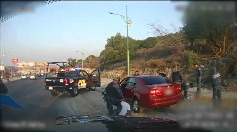 Detienen a individuos tras presunto robo de neumáticos